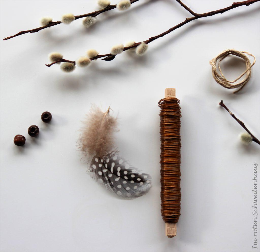Material für das Drahtei: Bindedraht, Schnur, Holzperlen, Feder