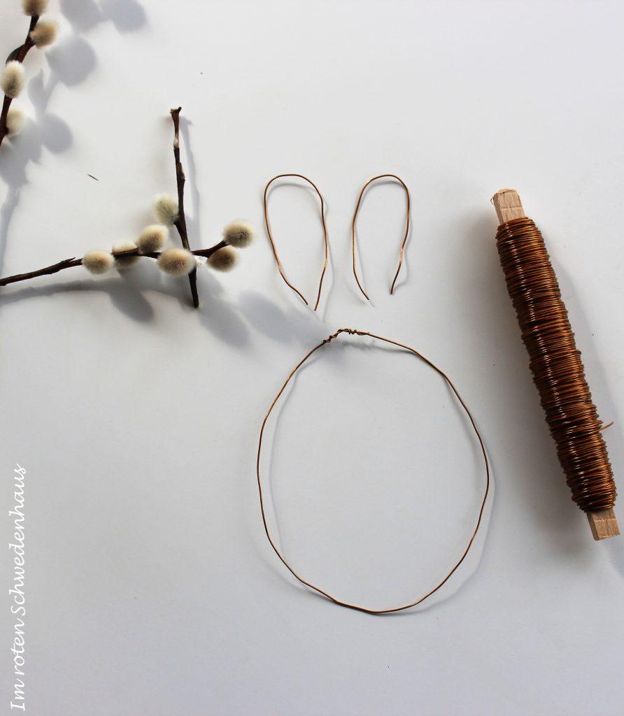 Draht zu einem Kreis formen für den Hasenkörper. Zwei weitere Drahtstücke werden zu Ohren geformt.
