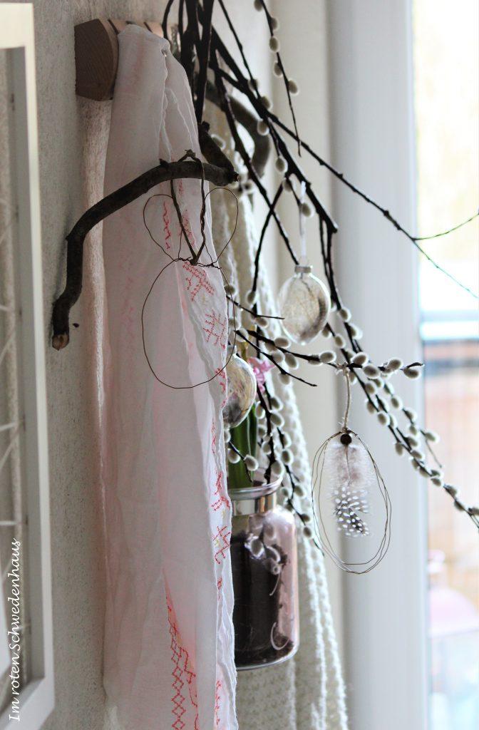 Drahthase und Draht-Osterei zieren eine alte Garderobenleiste im Flur